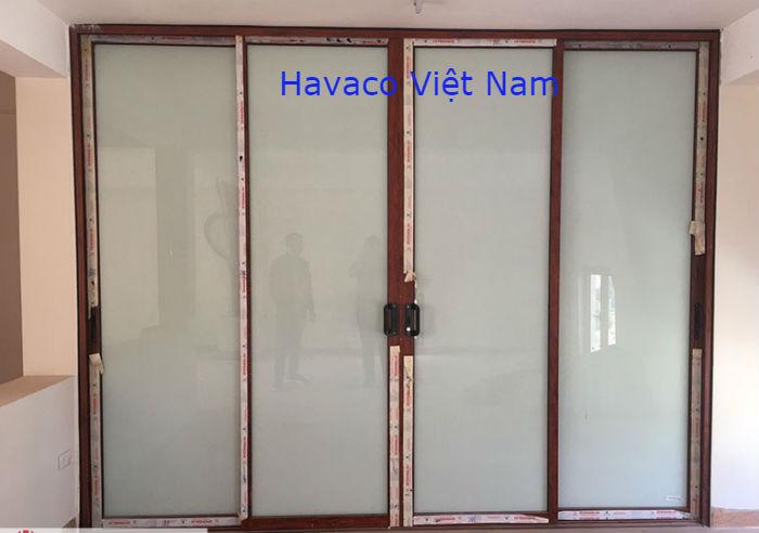 Cửa mở trượt màu vân gỗ hệ Xingfa