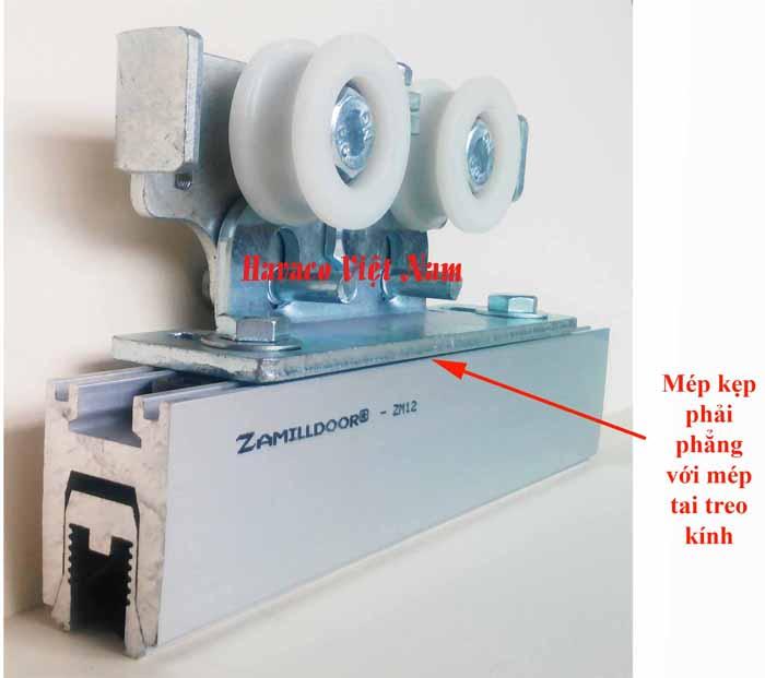 Cụm bánh xe đôi nằm trên kẹp kính Zamilldoor