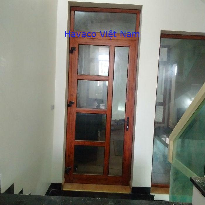 Mẫu cửa nhôm kính phòng ngủ màu vân gỗ