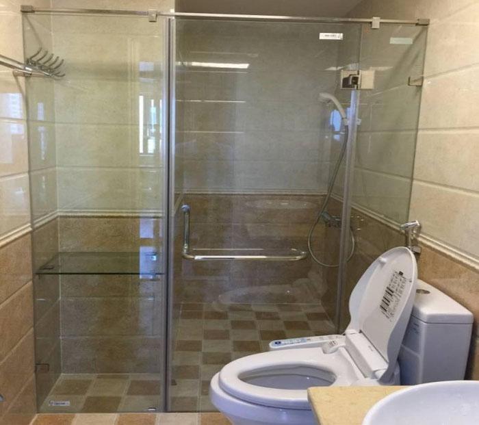 Cửa kính trong phòng vệ sinh