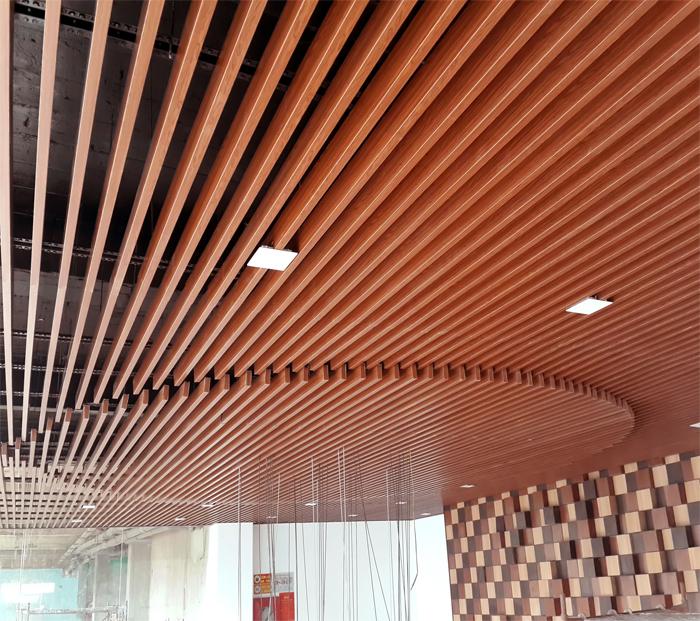 Thanh nhôm vân gỗ làm trần nhà