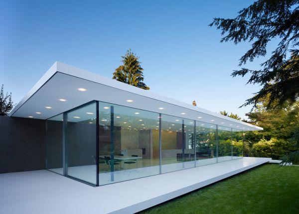 Nhà làm tường bằng kính cường lực