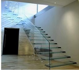 Cầu thanh kính cường lực có bậc thang cao bao nhiêu là phù hợp