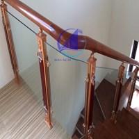 Tay vịn cầu thang gỗ kính